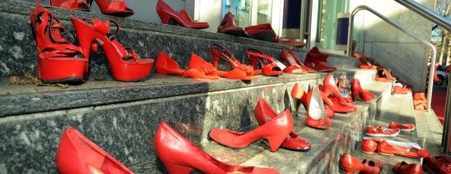 scarpe rosse simbolo della lotta al femminicidio